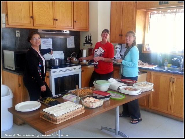 Para wanita sedang mempersiapkan untuk makan malam Natal di rumah peternakan.